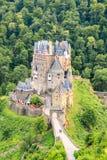 Eltz slott, en medeltida slott som lokaliseras på en kulle Royaltyfri Bild