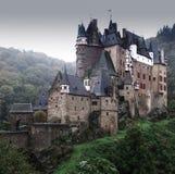 Eltz slott i Tyskland på en grå regnig dag arkivfoto