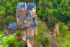 Eltz slottsikt över, Muenstermaifeld Tyskland Fotografering för Bildbyråer