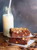 Eluda il dolce di cioccolato fondente dei brownie con la bottiglia del backgroun del latte fotografia stock