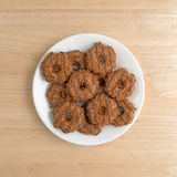 Eluda las galletas del caramelo del coco en una placa blanca Imagenes de archivo