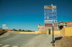 Указатель показывая коммунальные услуги и привлекательности города на Elvas стоковые фото
