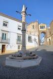 ELVAS, ПОРТУГАЛИЯ: Квадрат de Santa Clara Largo с позорным столбом на переднем плане Стоковая Фотография