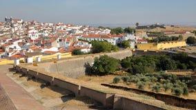 ELVAS PORTUGAL: Sikt av den gamla staden från stadsväggarna med forte- de Santa Luzia i bakgrunden Royaltyfri Foto