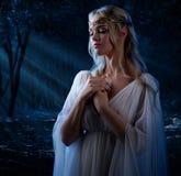 Elven dziewczyna w noc lesie Fotografia Royalty Free