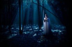Elven dziewczyna z kordzikiem przy noc lasem Fotografia Stock