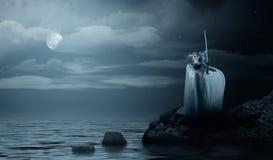 Elven flicka med svärdet på havskust Royaltyfri Foto