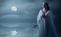 Elven flicka på havskusten Arkivfoton