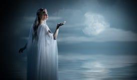 Elvenmeisje op overzeese kust Royalty-vrije Stock Afbeeldingen