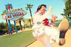 Elvis dubbelgångareimpersonator och Las Vegas tecken Fotografering för Bildbyråer