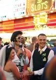 Elvis en een bruid en een bruidegom in Vegas Stock Foto