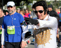 Elvis funciona con al tonelero River Bridge Run fotos de archivo libres de regalías