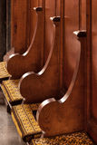 ELY, CAMBRIDGESHIRE/UK - 24 ΝΟΕΜΒΡΊΟΥ: Ξύλινα καθίσματα και μαξιλάρια στοκ φωτογραφίες με δικαίωμα ελεύθερης χρήσης