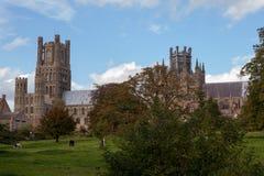 Ely Cathedral und Dekans Meadow, Cambridgeshire Lizenzfreie Stockfotos