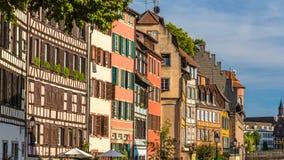 Elzassische helft-betimmerde huizen in Straatsburg Stock Afbeeldingen