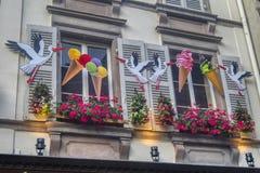 Elzassische kleurrijke huis en ooievaar royalty-vrije stock fotografie