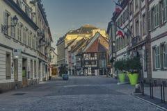 Elzassische straat met helft-betimmerde huizen royalty-vrije stock afbeelding