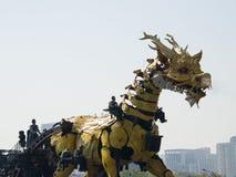 Em Ásia, China, Pequim, parque olímpico, desempenhos da parada do  do horse†do dragão da maquinaria de França grandes, Fotos de Stock Royalty Free