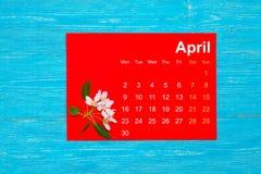 Em abril de 2018 calendário com flores da maçã imagem de stock