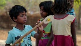 EM ABRIL DE 2016 India Bihar Crianças indianas pobres assustado da vila vídeos de arquivo