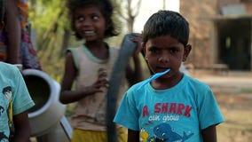 EM ABRIL DE 2016 India Bihar Crianças indianas pobres assustado da vila video estoque