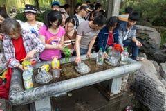 Em abril de 2015 - Jinan, China - povos locais que tomam a água das molas no Baotu famoso Quan em Jinan, China Fotografia de Stock
