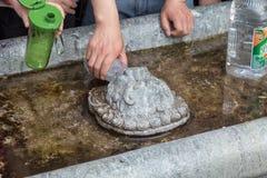 Em abril de 2015 - Jinan, China - povos locais que tomam a água das molas no Baotu famoso Quan em Jinan, China Imagens de Stock Royalty Free