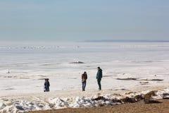 Em abril, havia gelo em toda parte na baía, como no inverno imagem de stock