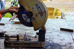 Em agosto de 2018, Kolkata, ?ndia, um trabalhador masculino que corta a barra de a?o com Bosch motorizado Rod Cutter de a?o e que imagem de stock royalty free