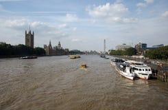Em agosto de 2017, opinião de A do rio Tamisa nas casas do parlamento, Londres Inglaterra fotos de stock royalty free