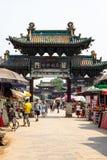Em agosto de 2013 - Pingyao, Shanxi, China - os turistas andam sob uma arcada cinzelada em uma das ruas principais da cidade anti fotos de stock royalty free