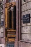 Em agosto de 2016, Rússia, St Petersburg, quadrado Ostrovsky: Entrada, a inscrição no ` da biblioteca nacional do russo do ` do r Foto de Stock