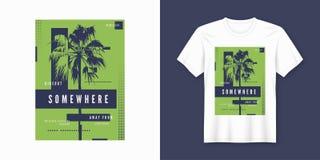 Em algum lugar projeto na moda do t-shirt e do fato com silho da palmeira Foto de Stock