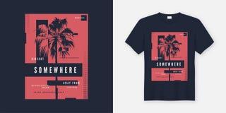 Em algum lugar projeto na moda do t-shirt e do fato com silho da palmeira Imagens de Stock Royalty Free