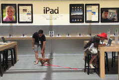 Em Apple Store Imagens de Stock