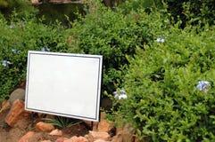 Em branco assine dentro o jardim Fotos de Stock