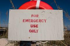 Em caso de urgência somente sinal na boia de vida Fotografia de Stock Royalty Free