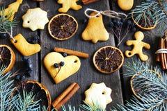 Em cookies de madeira de um Natal do fundo, canela, laranjas, tre Imagem de Stock