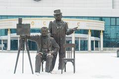 Em dezembro de 2015 Monumento aos irmãos de Lumiere em Yekaterinburg foto de stock royalty free