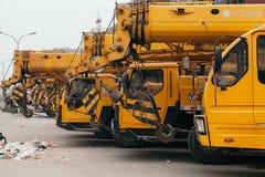 14, em dezembro de 2014 - Pequim China, caminhões amarelos do guindaste fotografia de stock