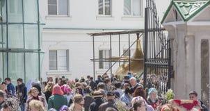 Em domingo de palma os povos são recrutados na igreja ao prie Imagens de Stock Royalty Free