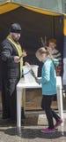 Em domingo de palma os povos são recrutados na igreja ao prie Imagem de Stock Royalty Free