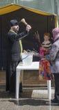 Em domingo de palma os povos são recrutados na igreja ao prie Fotos de Stock Royalty Free