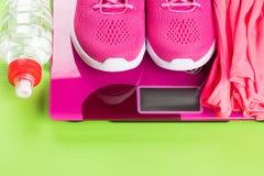 Em elementos cor-de-rosa das escalas do sportswear e de uma garrafa da água, de baixo de um lugar para uma inscrição, em um fundo fotos de stock