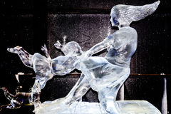 Em fevereiro de 2013 - Harbin, China - dança da mulher com a estátua do gelo da criança imagens de stock