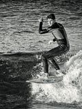 Em fevereiro de 2019 Surfista que monta uma onda apenas, pulverizador de mar, esportes de água, praia do mesquida de cala, mallor fotos de stock