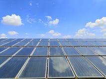 Em grande escala Sistema de aquecimento solar de água no telhado do hospital imagens de stock royalty free
