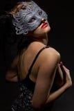Em incógnito mulher na máscara antiga do estilo imagem de stock