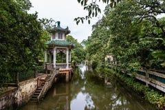 """Em julho de 2017 †""""Kaiping, China - rio no complexo de Kaiping Diaolou do jardim de Li, perto de Guangzhou imagem de stock"""