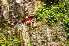 Em julho de 2015, Langkawi, Malásia - crianças locais em uma cachoeira Fotos de Stock Royalty Free
